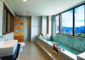 房內大型浴缸之一