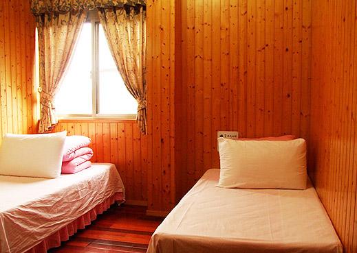 瑞里一品茶業民宿  參考價:1800元起   住房基本人數:2人   床型:一大床或二小床(如需選擇請於訂單中備註,以利安排) 加床服務:無 加人服務:有 無線網路:有(需自備筆電、無線網卡)   地板:大理石磨石子/木質地板(如需選擇請於訂單中備註,以利安排) 浴室:淋浴   窗戶:有    房間內備有舒適的床位、齊全的衛浴設備、衛浴日用品,並提供電視、梳妝台等設施,清潔、高雅的住宿環境使您感覺賓至如歸,不論旅行或出差都是您最好的選擇。