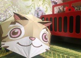 【四方獨家。桐花綠意貓�媬萷豸l主題房】親子2大1小同行平日只要3888元,加贈石虎造型雨傘