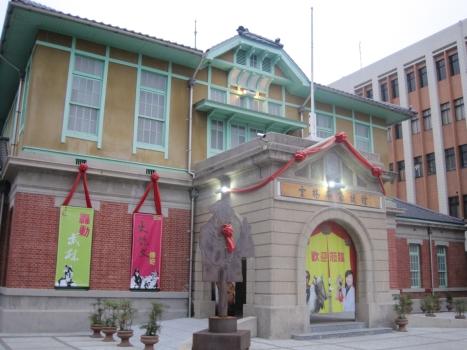 雲林布袋戲館---雲林布袋戲館的前身是日據時代虎尾地區的行政及治安機關(虎尾郡役所),落成於昭和六年(西元1931年),佔地七百餘坪,是一棟三合院、二層樓的半木造的廳舍,為虎尾地區最具氣勢的官方建築。古色古香的建築設計,讓人彷彿走進時光隧道。  民國34年日本戰敗,國民政府接收台灣後,虎尾郡役所改為區公所,民國79年後便閒置不用。民國86年虎尾舉辦「虎溪躍渡大崙腳」全國文藝季,讓世人重新認識虎尾郡役所的價值,透過地方人士林燦弘、林文彬等人的極力爭取保留下,該所在三年後登錄為雲林縣歷史建築,終免除被拆的命運,並規劃為虎尾地方重要的傳統藝術─布袋戲主題館,讓有「布袋戲故鄉」之稱的虎尾突顯出地方特色------2013雲林大事--春天藝術季-春稼藝起來